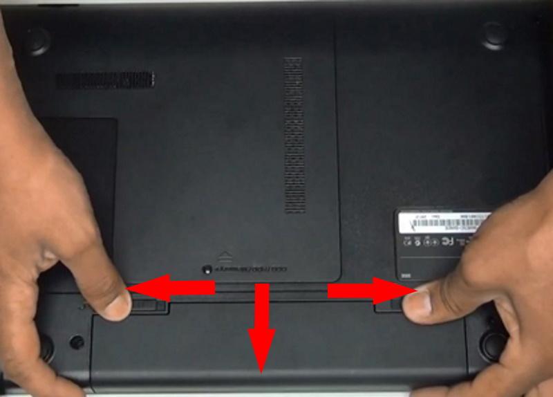 Доставание батареи из ноутбука