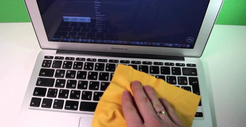 Протирання клавіатури ноутбука