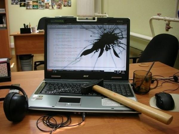 Молоток і ноутбук